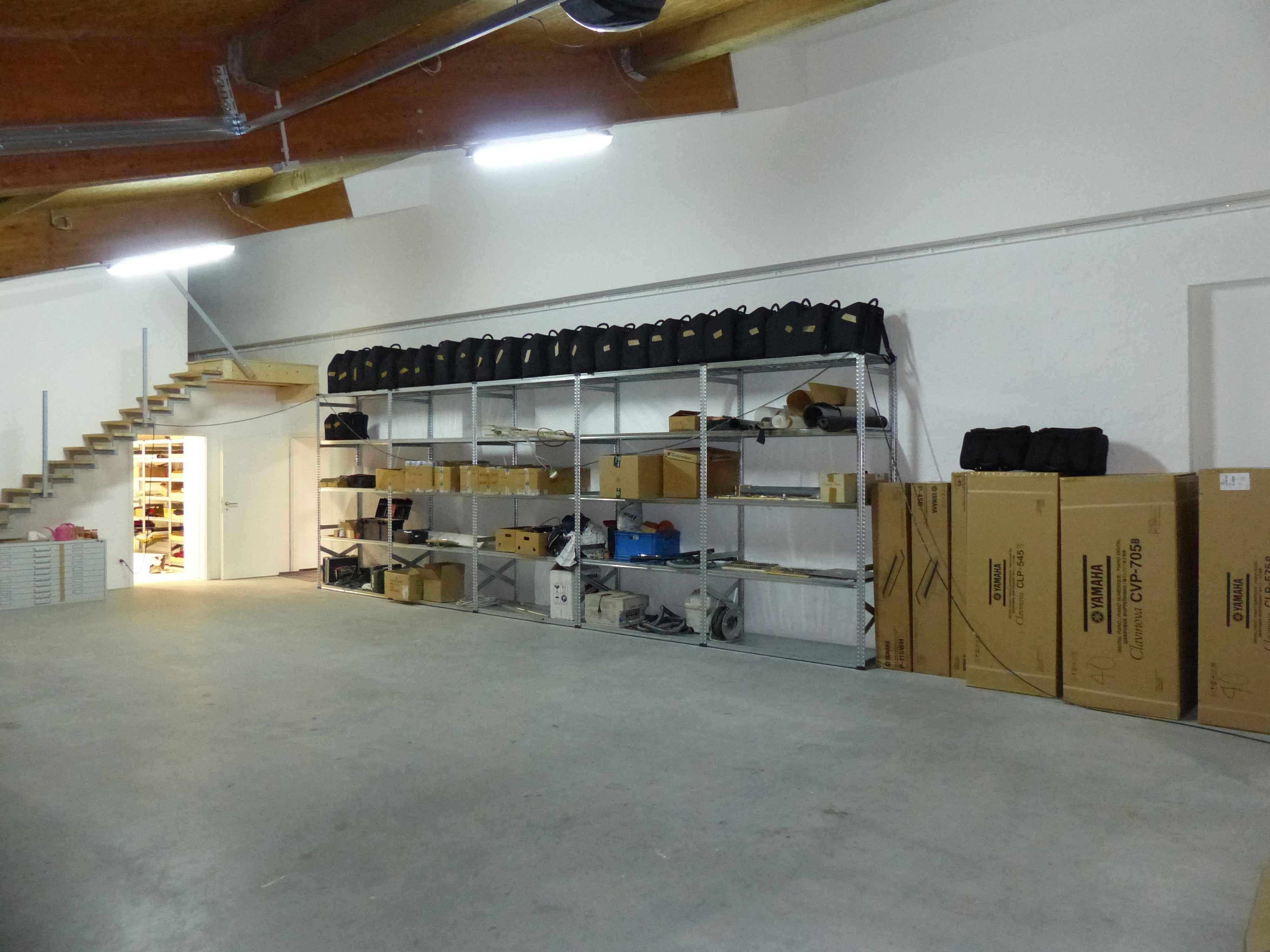 Unser Lager bietet Platz ohne Ende - die ersten E-Pianos sind auch schon da